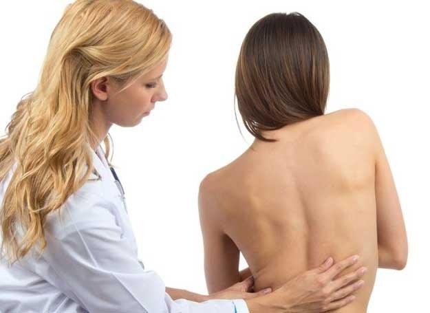 Brak witaminy D prowadzi do zmian w kościach /123RF/PICSEL