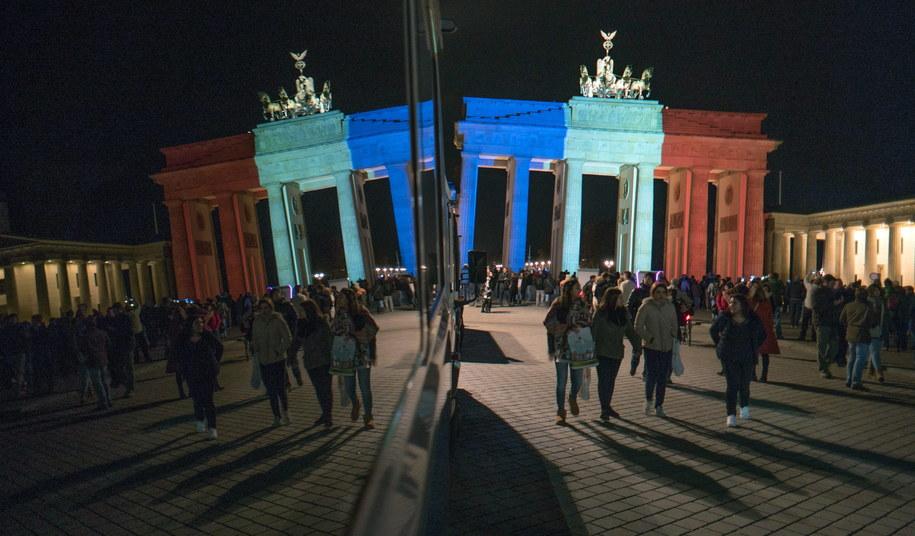 Brama Brandenburska w Berlinie podświetlona w kolorach francuskiej flagi /JOERG CARSTENSEN   /PAP/EPA