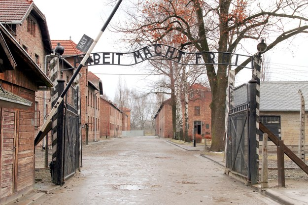 Brama do niemieckiego obozu koncentracyjnego Auschwitz-Birkenau /123RF/PICSEL