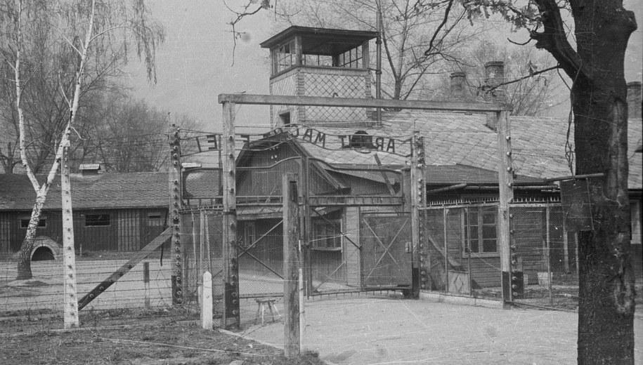 Brama do obozu koncentracyjnego Auschwitz-Birkenau w 1947 roku /Stanisław Dąbrowiecki /PAP