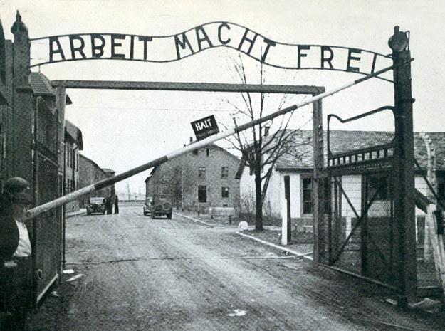Brama do obozu w Oświęcimiu, w którym było archiwum (zdjęcie ilustracyjne) /Agencja FORUM