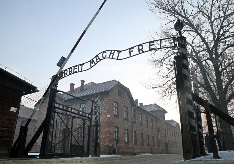 Brama główna niemieckiego obozu zagłady Auschwitz /Damian Klamka /East News