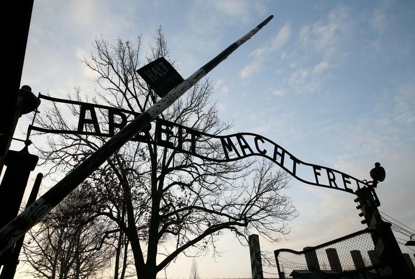 Brama glowna obozu Auschwitz I z napisem Arbeit macht frei /Damian Klamka /East News
