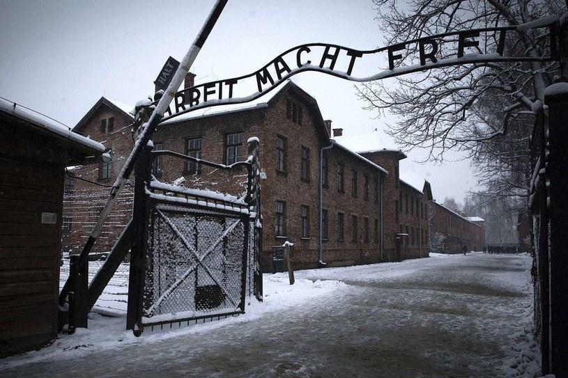 Brama główna obozu zagłady w Oświęcimiu /AFP