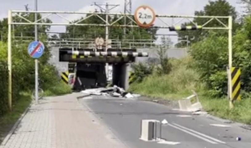 Brama jest o 10 cm wyższa niż przejazd pod wiaduktem /Polsat News