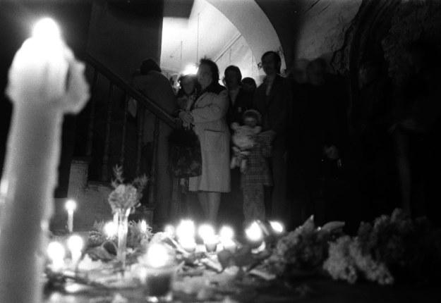Brama kamienicy, w której znaleziono ciało Stanisława Pyjasa, fot. z maja 1977 roku /Maciej Kłoś CAF /PAP