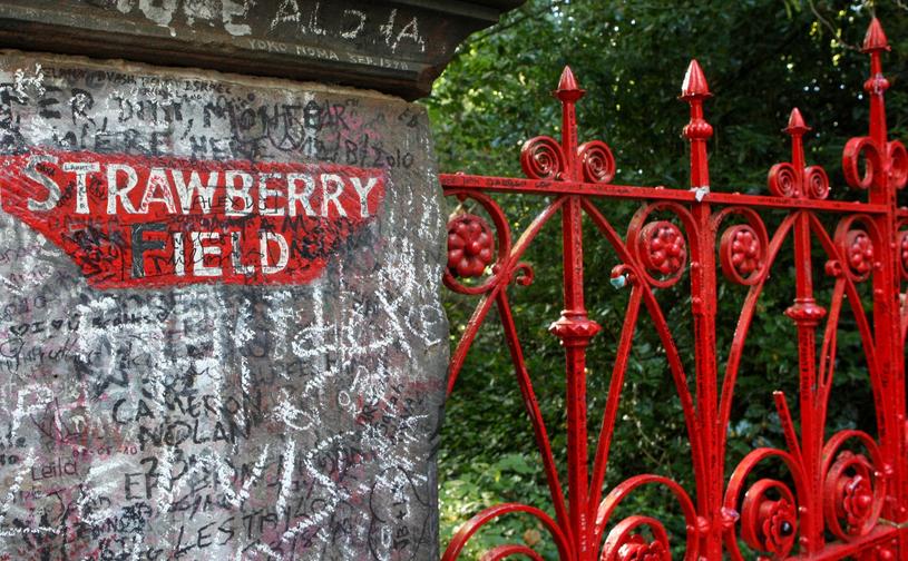 Brama wejściowa do dawnego sierocińca Strawberry Field, o którym śpiewał Lennon /Tomasz Jastrzebowski/REPORTER /Reporter