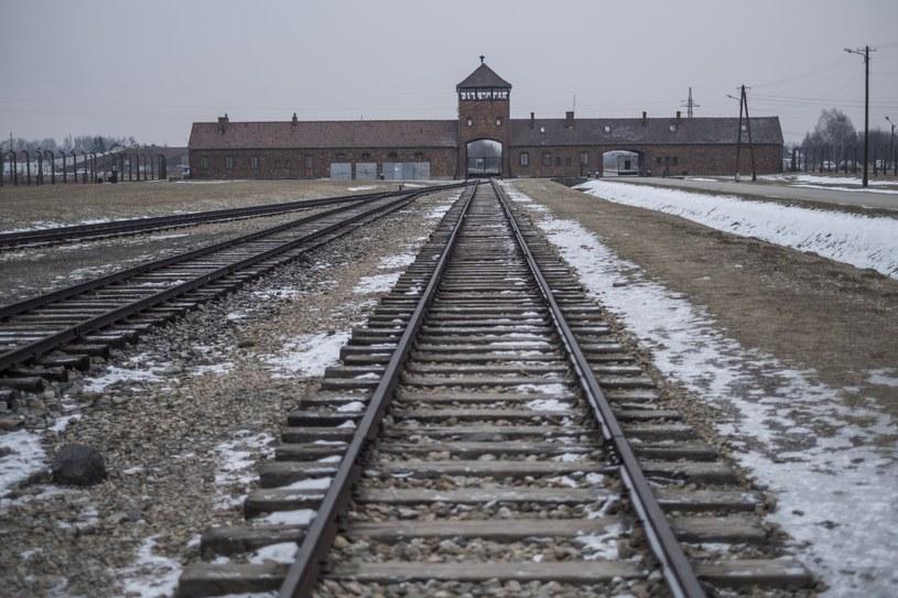 Brama wjazdowa i tory prowadzące do rampy do niemieckiego obozu Auschwitz II-Birkenau /Robert Wozniak /East News