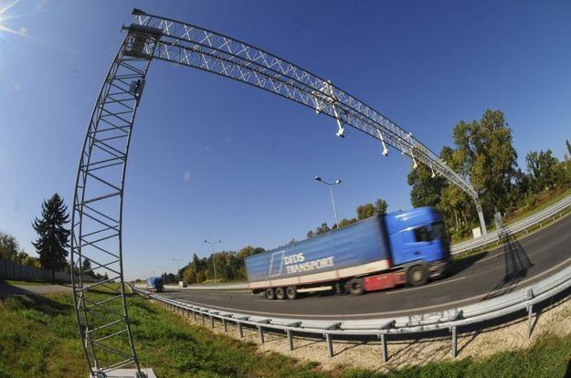 Bramka elektronicznego systemu pobierania oplat viaTOLL na trasie szybkiego ruchu S-8. Fot. Wlodzim /Reporter