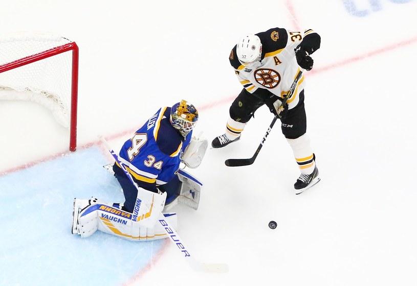 """Bramkarz """"Bluesmanów"""" Jake Allen kontra Patrice Bergeron z Boston Bruins /AFP"""