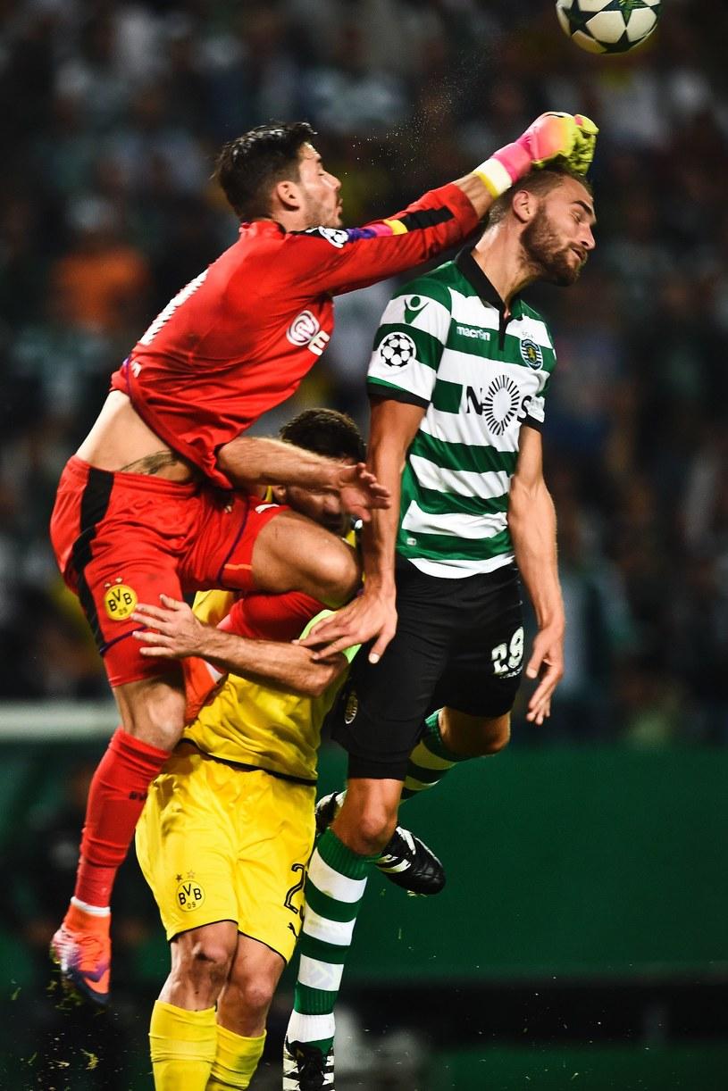 Bramkarz Borussii Dortmund Roman Buerki i napastnik Sportingu Bas Dost /AFP