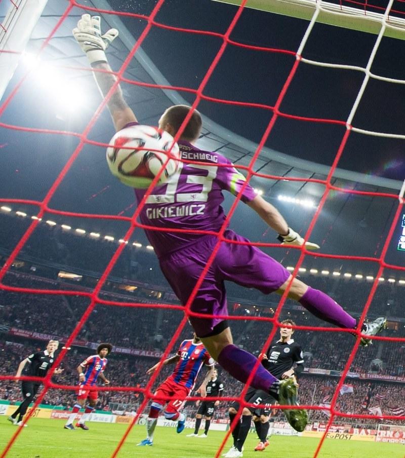 Bramkarz Eintrachtu Brunszwik Rafał Gikiewicz po strzale Davida Alaby z Bayernu Monachium /PAP/EPA