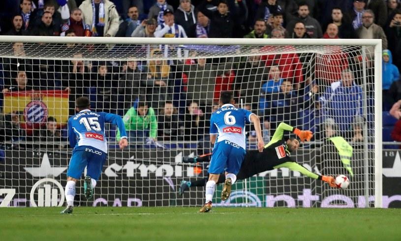 Bramkarz Espanyolu Diego Lopez broni rzut karny wykonywany przez Lionela Messiego /PAP