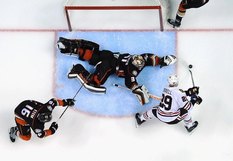 Bramkarz Frederik Andersen był bohaterem Anaheim Ducks w meczu z Chicago Blackhawks /AFP