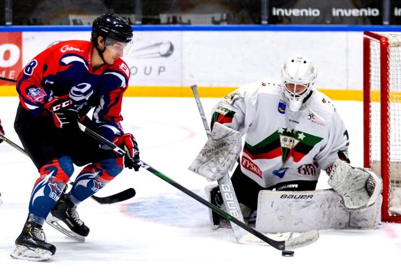 Bramkarz GKS Tychy John Murray (P) i Denis Serguszkin (L) z Energa Toruń / Andrzej Grygiel    /PAP