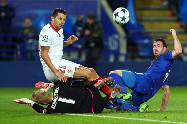 Bramkarz Leicester Kasper Schmeichel fauluje zawodnika Sevilii Vitolo /Tim Keeton /PAP/EPA