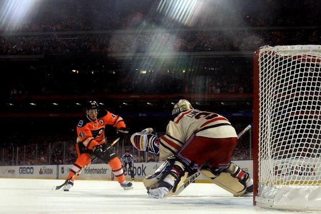 Bramkarz New York Rangers Henrik Lundqvist obronił rzut karny egzekwowany przez Danny'ego Briere /AFP