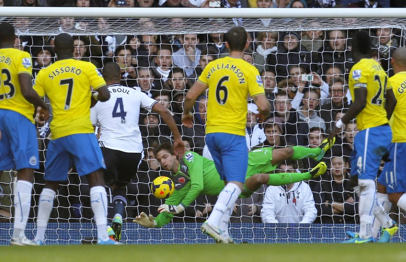 Bramkarz Newcastle United Tim Krul broni strzał piłkarza Tottenhamu Gylfiego Sigurdssona /AFP