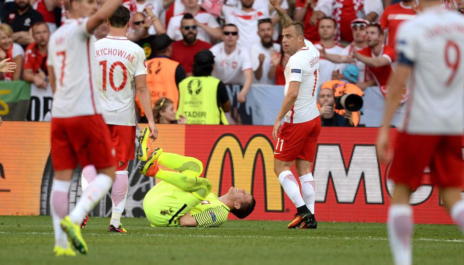 Bramkarz piłkarskiej reprezentacji Polski Wojciech Szczęsny (C) leży na boisku podczas meczu grupy C mistrzostw Europy z Irlandią Płn /Bartłomiej Zborowski /PAP
