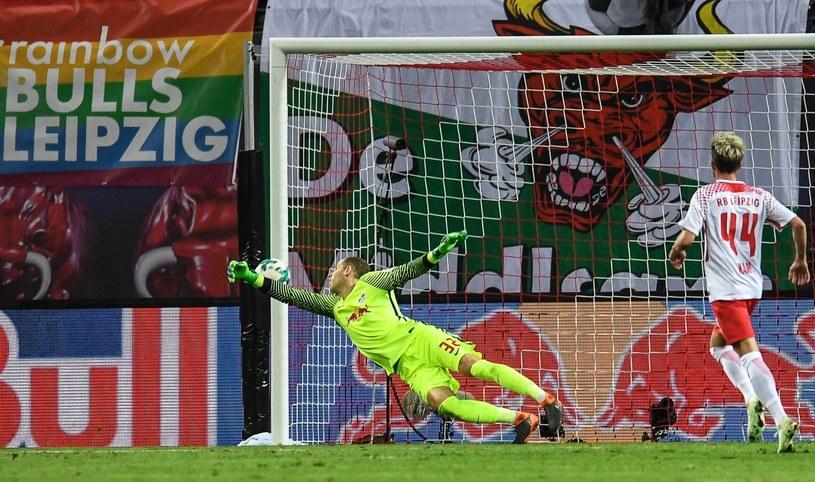 Bramkarz RB Lipsk Peter Gulacsi przepuszcza piłkę do siatki po strzale Kaia Havertza /PAP/EPA