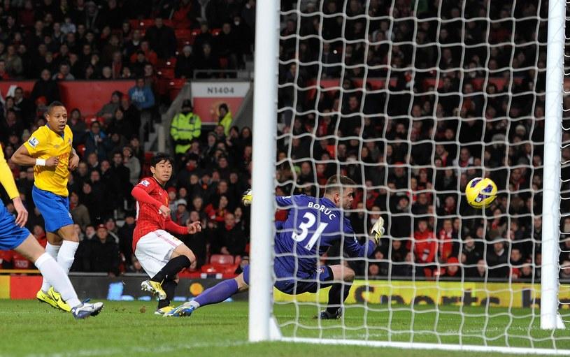 Bramkarz Southampton FC Artur Boruc patrzy, jak Shinji Kagawa strzela w słupek /PAP/EPA