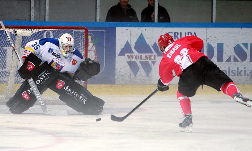 Bramkarz TatrySki Podhale Nowy Targ Maris Juczers (L) i Petr Szinagl (P) z Comarch Cracovii /Grzegorz Momot /PAP