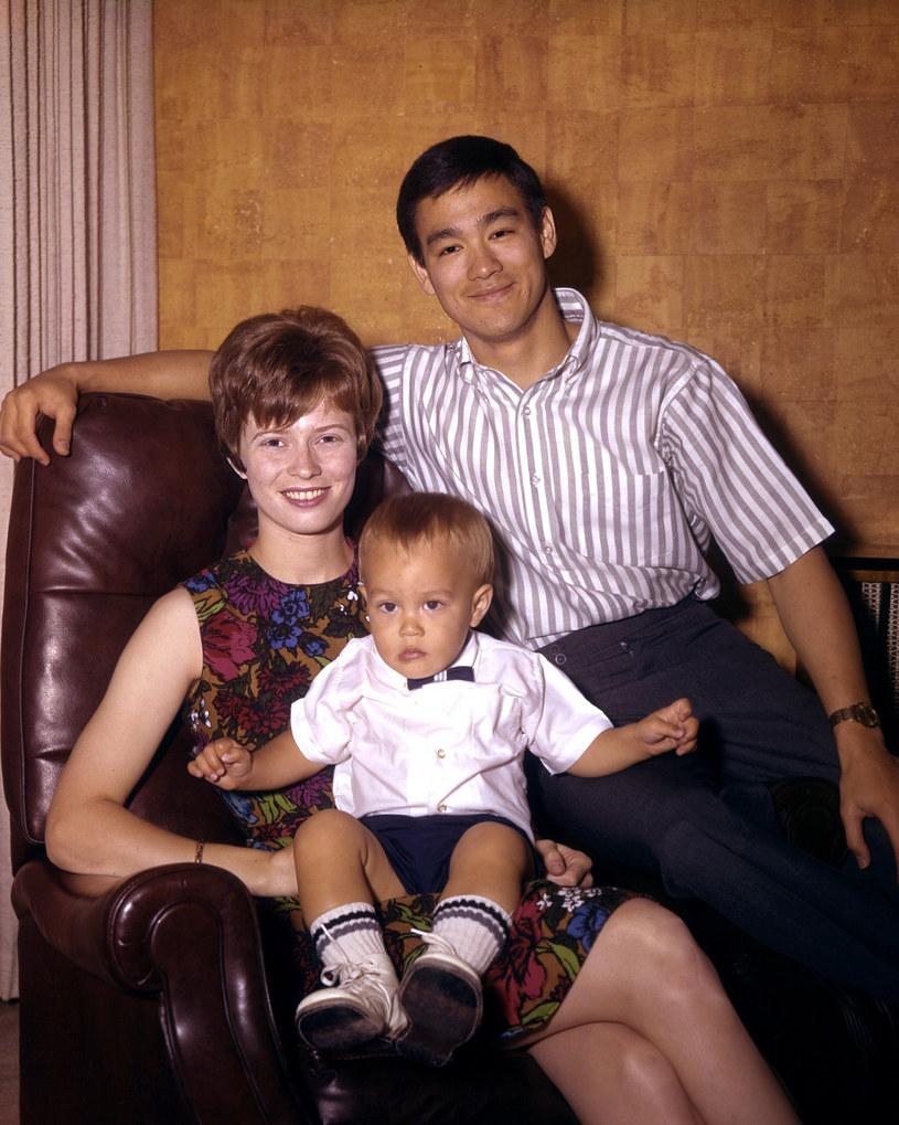 Brandon Lee na kolanach u mamy. Na fotelu siedzi ojciec - Bruce Lee /LFI/Avalon.red/REPORTER /East News