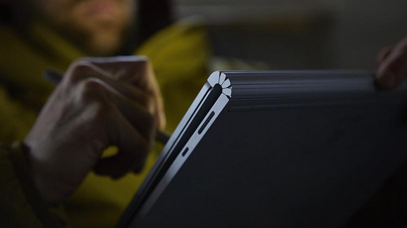 Bransoleta utrzymująca ekran umożliwia regulacje kąty nachylenia ekranu. /materiały prasowe