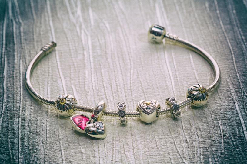 Bransoletka powinna być dyskretna. Pamiętaj, że ten element biżuterii, podobnie jak zegarek, nosimy na lewej ręce /123RF/PICSEL