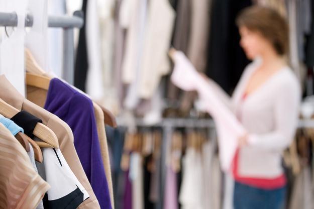 Branża odzieżowa wskazuje, ze pogoda nie zachęca do kupowania letnich ubrań /© Panthermedia