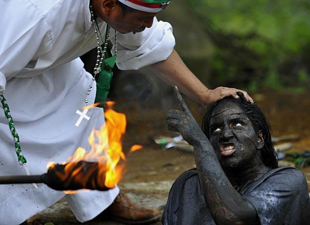 """""""Brat Hermes"""" odprawia egzorcyzmy na Claudii Gavirii, La Cumbre, Kolumbia /AFP"""