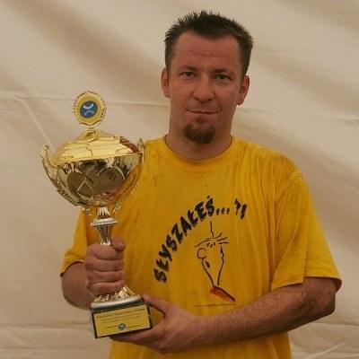 Brat Tomasz Tytus Zdeb (kapitan drużyny Przystanku Jezus) z pucharem /INTERIA.PL