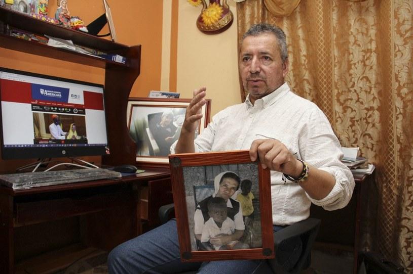Brat uwolnione zakonnicy, Edgar Narváez, trzyma jej zdjęcie /LEONARDO CASTRO / AFP /AFP