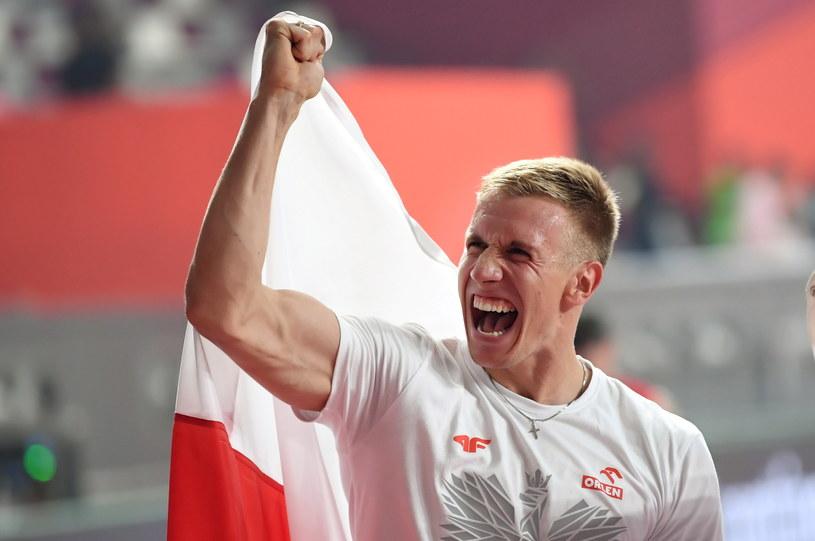 Brązowy medalista MŚ w Doha w skoku o tyczce Piotr Lisek nie narzeka na warunki w Katarze: - jestem prostym sportowcem. Przyjechałem tutaj walczyć o wysokości i medale, a nie narzekać. Warunki są, jakie są, trzeba umieć sobie z nimi poradzić i iść dalej. / Adam Warżawa    /PAP