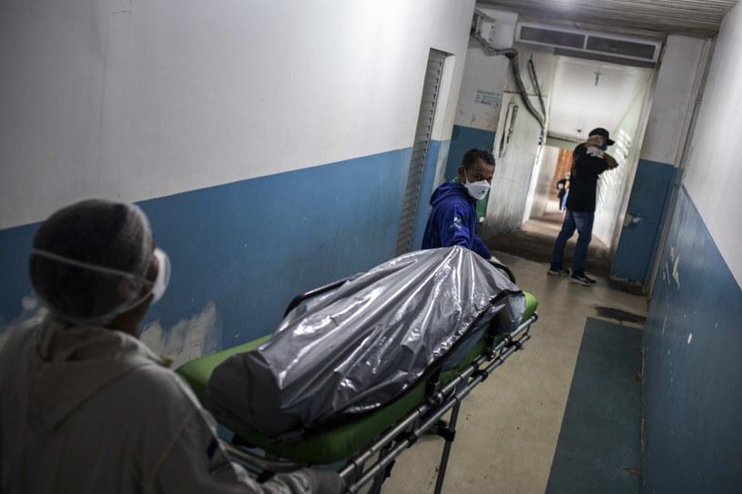 Brazylia: Zmarły kolejne 892 osoby zakażone koronawirusem /RAPHAEL ALVES /PAP/EPA