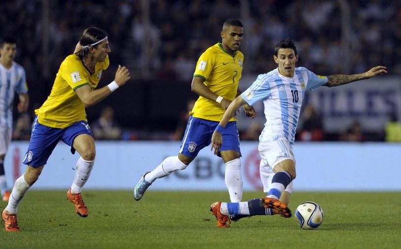 Brazylijczycy Filipe Luis (z lewej) i Douglas Costa oraz Argentyńczyk Angel di Maria (przy piłce) /AFP