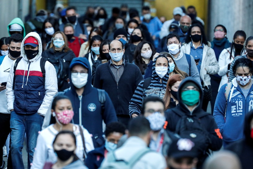 Brazylijczycy w maskach na ulicy w Sao Paulo. /PAP/EPA/SEBASTIAO MOREIRA /PAP/EPA