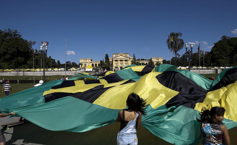 Brazylijczycy z gigantycznym banerem protestowali przeciw korupcji w kraju /AFP