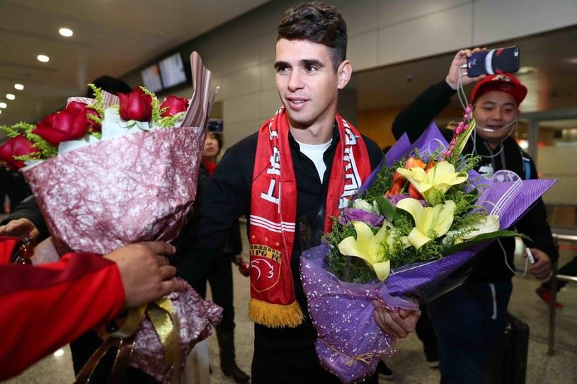 Brazylijczyk Oscar podczas przywitania na lotnisku w Szanghaju /AFP