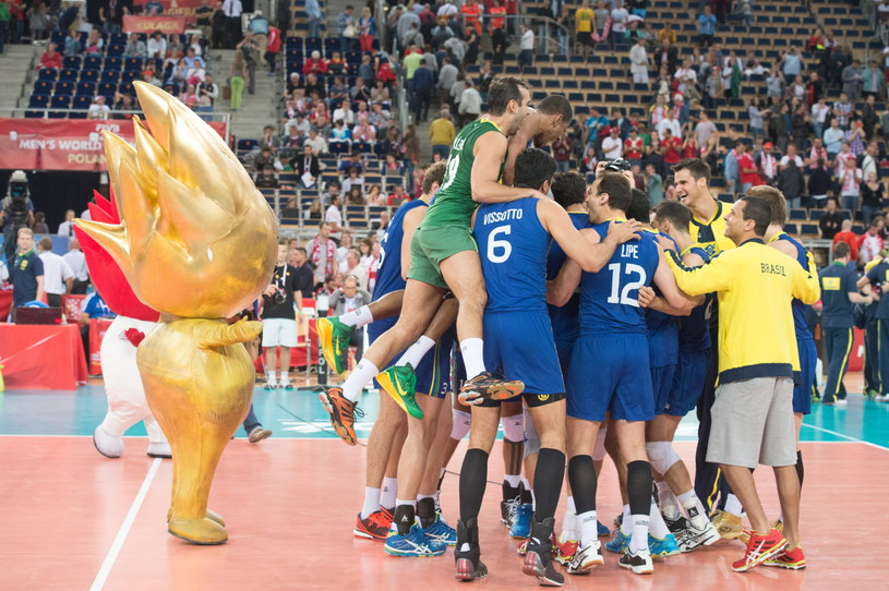 Brazylijscy siatkarze cieszą się po pokonaniu Rosji /Grzegorz Michałowski /PAP