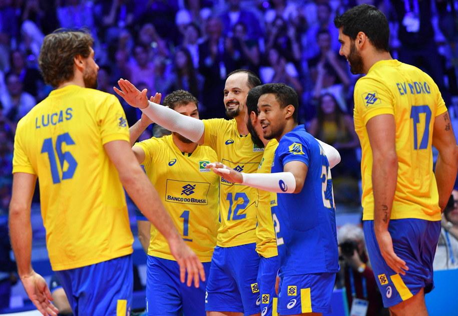 Brazylijscy siatkarze w trakcie półfinałowego pojedynku z Serbami /DANIEL DAL ZENNARO  /PAP/EPA