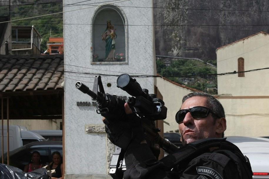 Brazylijski policjant (zdj. ilustracyjne) /MARCELO SAYAO /PAP/EPA