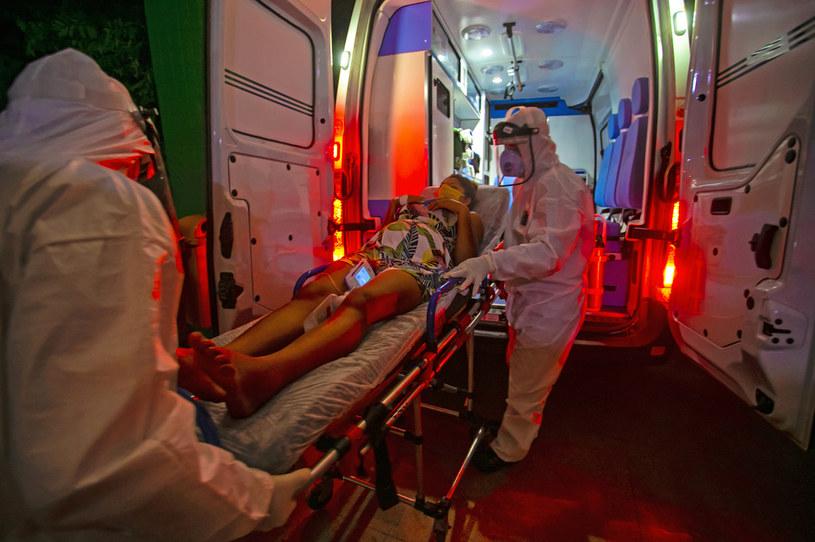 Brazylijskie służby medyczne transportują pacjentkę zakażoną Sars-Cov-2 /Tarso SARRAF / AFP /AFP
