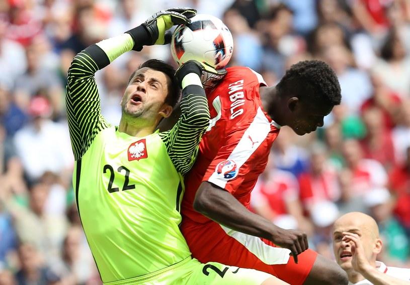 Breel Embolo walczy o piłkę z Łukaszem Fabiańskim /AFP