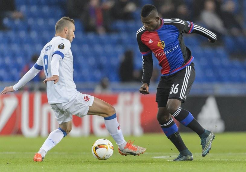 Breel Embolo (z prawej) z FC Basel w walce z Andre Sousa /AFP