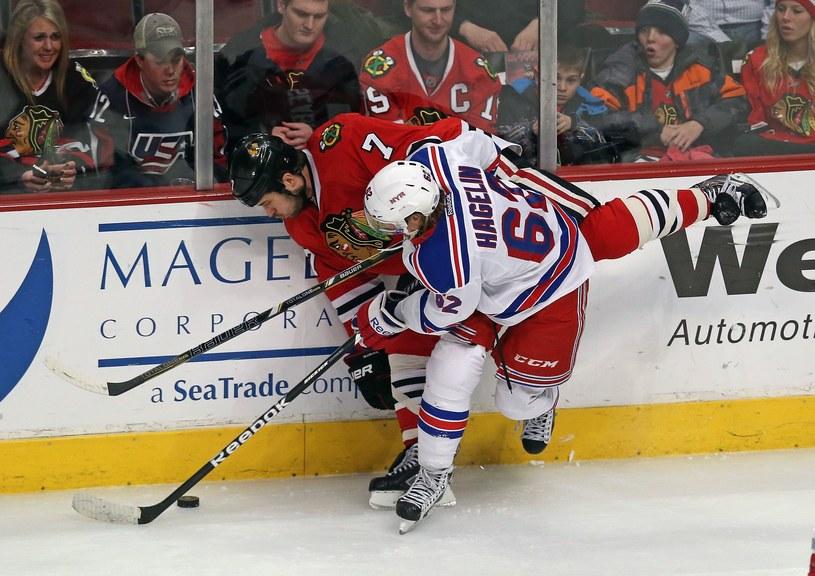 Brent Seabrook z Chicago Blackhawks i Carl Hagelin z New York Rangers /AFP