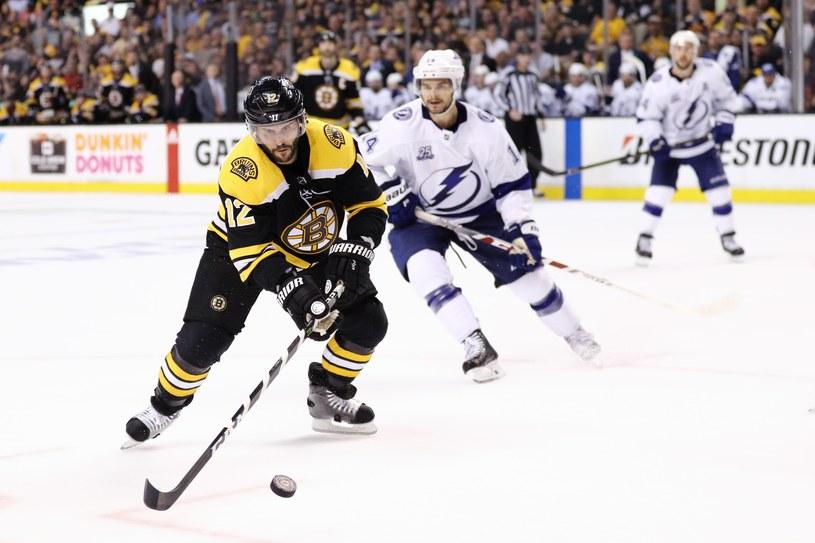 Brian Gionta #12 z Boston Bruins kontra Chris Kunitz #14 z Tampa Bay. /AFP