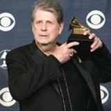 Brian Wilson prezentuje statuetkę Grammy /AFP