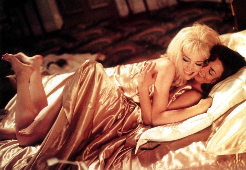 "Bridget Fonda i Joanne Whalley w filmie ""Skandal"" /Associated Press /East News"