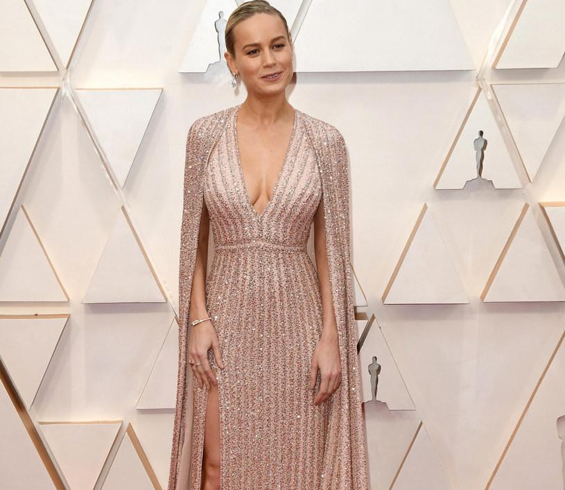 Brie Larson zachwyciła w kreacji ozdobionej modną w sezonie peleryną /Sipa USA /East News